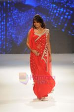 Aashka Goradia walks the ramp for Beti Gitanjali Show at IIJW 2011 in Grand Hyatt on 31st July 2011 (175).JPG