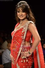 Aashka Goradia walks the ramp for Beti Gitanjali Show at IIJW 2011 in Grand Hyatt on 31st July 2011 (174).JPG