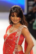 Aashka Goradia walks the ramp for Beti Gitanjali Show at IIJW 2011 in Grand Hyatt on 31st July 2011 (177).JPG