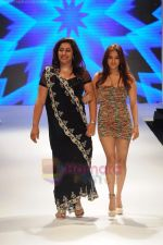Anu Ranjan walks the ramp for Beti Gitanjali Show at IIJW 2011 in Grand Hyatt on 31st July 2011 (275).JPG