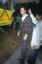 Hrithik Roshan donates bus to Dilkush school in Juhu, Mumbai on 1st Aug 2011 (4).JPG