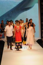 Kangana Ranaut walks the ramp for Amrapali at IIJW 2011 in Grand Hyatt on 31st July 2011 (55).JPG