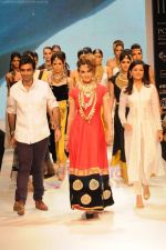 Kangana Ranaut walks the ramp for Amrapali at IIJW 2011 in Grand Hyatt on 31st July 2011 (56).JPG