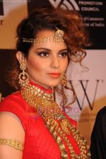 Kangana Ranaut walks the ramp for Amrapali at IIJW 2011 in Grand Hyatt on 31st July 2011 (59).JPG