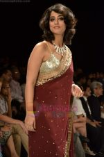 Mahie Gill walks the ramp for Beti Gitanjali Show at IIJW 2011 in Grand Hyatt on 31st July 2011 (180).JPG