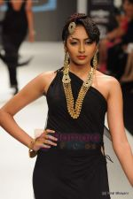 Model walks the ramp for Amrapali at IIJW 2011 in Grand Hyatt on 31st July 2011 (154).JPG