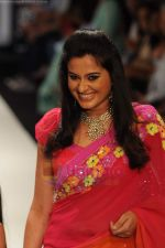 Model walks the ramp for Beti Gitanjali Show at IIJW 2011 in Grand Hyatt on 31st July 2011 (259).JPG