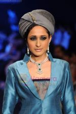 Model walks the ramp for Falakhunama Tanishq show at IIJW 2011 in Grand Hyatt on 31st July 2011 (63).JPG