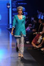 Model walks the ramp for Falakhunama Tanishq show at IIJW 2011 in Grand Hyatt on 31st July 2011 (68).JPG