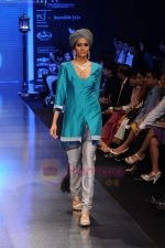 Model walks the ramp for Falakhunama Tanishq show at IIJW 2011 in Grand Hyatt on 31st July 2011 (69).JPG