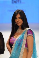 Nishka Lulla walks the ramp for Beti Gitanjali Show at IIJW 2011 in Grand Hyatt on 31st July 2011 (287).JPG