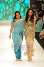 Pooja Chopra walks the ramp for Beti Gitanjali Show at IIJW 2011 in Grand Hyatt on 31st July 2011 (237).JPG