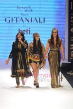 Pria Kataria Puri walks the ramp for Beti Gitanjali Show at IIJW 2011 in Grand Hyatt on 31st July 2011 (230).JPG