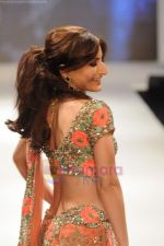 Soha Ali Khan walks the ramp for Beti Gitanjali Show at IIJW 2011 in Grand Hyatt on 31st July 2011 (251).JPG