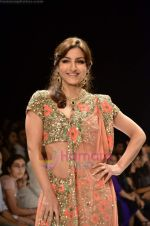 Soha Ali Khan walks the ramp for Beti Gitanjali Show at IIJW 2011 in Grand Hyatt on 31st July 2011 (253).JPG