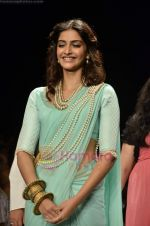Sonam Kapoor walks the ramp for Beti Gitanjali Show at IIJW 2011 in Grand Hyatt on 31st July 2011 (168).JPG