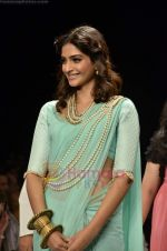 Sonam Kapoor walks the ramp for Beti Gitanjali Show at IIJW 2011 in Grand Hyatt on 31st July 2011 (169).JPG