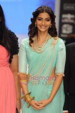 Sonam Kapoor walks the ramp for Beti Gitanjali Show at IIJW 2011 in Grand Hyatt on 31st July 2011 (174).JPG