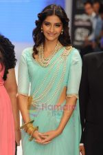 Sonam Kapoor walks the ramp for Beti Gitanjali Show at IIJW 2011 in Grand Hyatt on 31st July 2011 (176).JPG