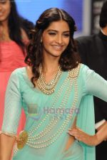 Sonam Kapoor walks the ramp for Beti Gitanjali Show at IIJW 2011 in Grand Hyatt on 31st July 2011 (186).JPG