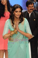 Sonam Kapoor walks the ramp for Beti Gitanjali Show at IIJW 2011 in Grand Hyatt on 31st July 2011 (187).JPG