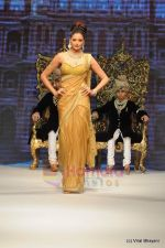 I AM She 2011 winner walks the ramp for Golecha Jewels at IIJW 2011 in Grand Hyatt, Mumbai on 1st Aug 2011 (14).JPG