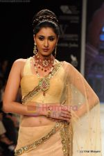 I AM She 2011 winner walks the ramp for Golecha Jewels at IIJW 2011 in Grand Hyatt, Mumbai on 1st Aug 2011 (19).JPG
