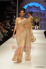 I AM She 2011 winner walks the ramp for Golecha Jewels at IIJW 2011 in Grand Hyatt, Mumbai on 1st Aug 2011 (20).JPG