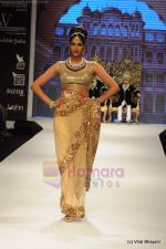 I AM She 2011 winner walks the ramp for Golecha Jewels at IIJW 2011 in Grand Hyatt, Mumbai on 1st Aug 2011 (23).JPG