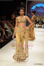 I AM She 2011 winner walks the ramp for Golecha Jewels at IIJW 2011 in Grand Hyatt, Mumbai on 1st Aug 2011 (25).JPG