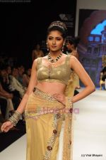 I AM She 2011 winner walks the ramp for Golecha Jewels at IIJW 2011 in Grand Hyatt, Mumbai on 1st Aug 2011 (26).JPG