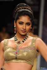 I AM She 2011 winner walks the ramp for Golecha Jewels at IIJW 2011 in Grand Hyatt, Mumbai on 1st Aug 2011 (27).JPG