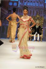 I AM She 2011 winner walks the ramp for Golecha Jewels at IIJW 2011 in Grand Hyatt, Mumbai on 1st Aug 2011 (28).JPG