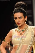 I AM She 2011 winner walks the ramp for Golecha Jewels at IIJW 2011 in Grand Hyatt, Mumbai on 1st Aug 2011 (49).JPG