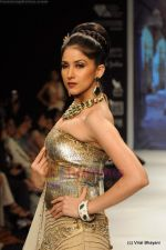 I AM She 2011 winner walks the ramp for Golecha Jewels at IIJW 2011 in Grand Hyatt, Mumbai on 1st Aug 2011 (57).JPG