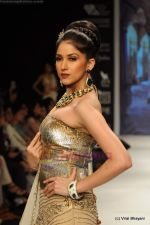 I AM She 2011 winner walks the ramp for Golecha Jewels at IIJW 2011 in Grand Hyatt, Mumbai on 1st Aug 2011 (58).JPG