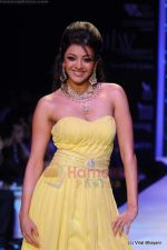Kajal Aggarwal walks the ramp for CVM exports show at IIJW 2011 Day 2 in Grand Hyatt on 1st Aug 2011 (92).JPG