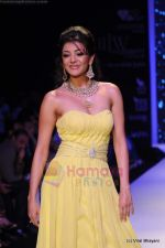 Kajal Aggarwal walks the ramp for CVM exports show at IIJW 2011 Day 2 in Grand Hyatt on 1st Aug 2011 (93).JPG