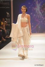 Kalki Koechlin walks the ramp for Kays Jewels show at IIJW 2011 Day 2 in Grand Hyatt on 1st Aug 2011 (2).JPG