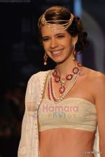Kalki Koechlin walks the ramp for Kays Jewels show at IIJW 2011 Day 2 in Grand Hyatt on 1st Aug 2011 (4).JPG