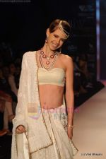 Kalki Koechlin walks the ramp for Kays Jewels show at IIJW 2011 Day 2 in Grand Hyatt on 1st Aug 2011 (6).JPG