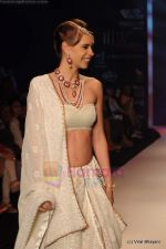 Kalki Koechlin walks the ramp for Kays Jewels show at IIJW 2011 Day 2 in Grand Hyatt on 1st Aug 2011 (7).JPG