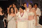 Kalki Koechlin walks the ramp for Kays Jewels show at IIJW 2011 Day 2 in Grand Hyatt on 1st Aug 2011 (9).JPG
