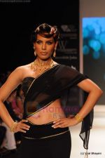 Model walks the ramp for CVM exports show at IIJW 2011 Day 2 in Grand Hyatt on 1st Aug 2011 (18).JPG