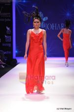 Model walks the ramp for Johara by Divya Ahuja show at IIJW 2011 Day 2 in Grand Hyatt on 1st Aug 2011 (81).JPG