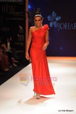 Model walks the ramp for Johara by Divya Ahuja show at IIJW 2011 Day 2 in Grand Hyatt on 1st Aug 2011 (93).JPG