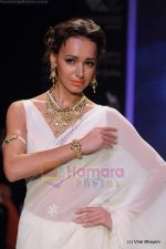 Model walks the ramp for Kays Jewels show at IIJW 2011 Day 2 in Grand Hyatt on 1st Aug 2011 (16).JPG