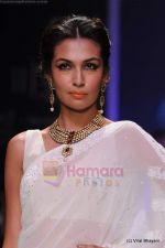 Model walks the ramp for Kays Jewels show at IIJW 2011 Day 2 in Grand Hyatt on 1st Aug 2011 (22).JPG