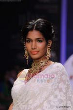 Model walks the ramp for Kays Jewels show at IIJW 2011 Day 2 in Grand Hyatt on 1st Aug 2011 (32).JPG