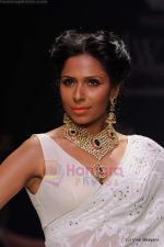 Model walks the ramp for Kays Jewels show at IIJW 2011 Day 2 in Grand Hyatt on 1st Aug 2011 (35).JPG